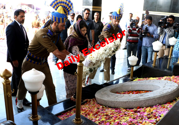 Chief Minister Mehbooba Mufti laying wreath at police martyr's memorial on the occasion of Police Commemoration Day at Armed Police Complex, Zewan Srinagar.Excelsior\ Shakeel- Ul – Rehman