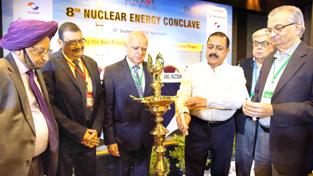 Union Minister Dr Jitendra Singh, flanked by eminent Nuclear Scientist Anil Kakodkar, President