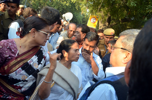 West Bengal Chief Minister Mamta Banerjee with her Delhi counterpart Arvind Kejriwal during a protest against the problems of the people facing in exchanging the demonitised old Rs 1000 and 500 currency notes at the Reserve Bank on India (RBI) in New Delhi on Thursday. (UNI)