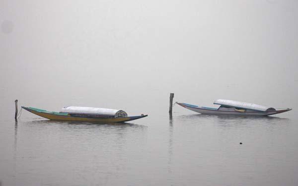 Fog engulfs Dal lake in Srinagar on Tuesday. -Excelsior/Shakeel