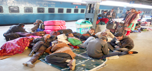 Railway Station Jammu witnessing huge rush of passengers due to late arrival and departure of trains. -Excelsior/Rakesh