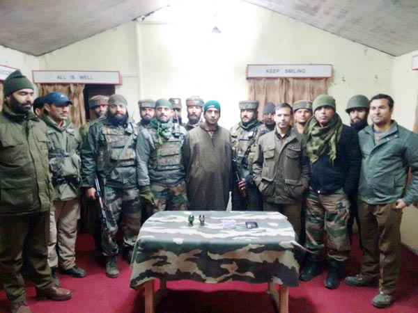 HM militant apprehended by Army, Police and CRPF in a joint operation at Shopian on Monday. -Excelsior/Younis Khaliq