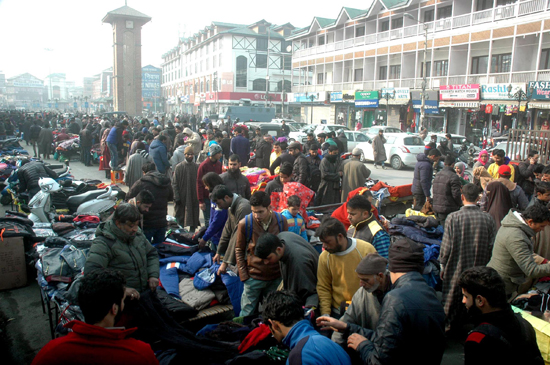 Business hub Lal Chowk abuzz as shoppers throng Sunday market in Srinagar to make purchases as normal business activities resumed in Kashmir valley after two days shut down call given by separatist organization Hurriyat Conference. (UNI)