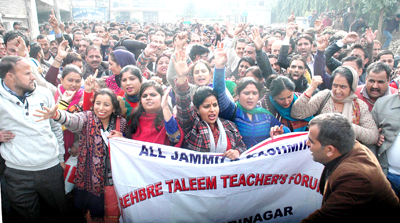 ReT teachers taking out a protest march at Jammu on Thursday. -Excelsior/ Rakesh