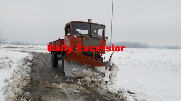 Snow clearance machines clearing snow on Awantipora-Pulwama road…Excelsior\Younis khaliq