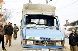 Forest officials attacked, 5 injured