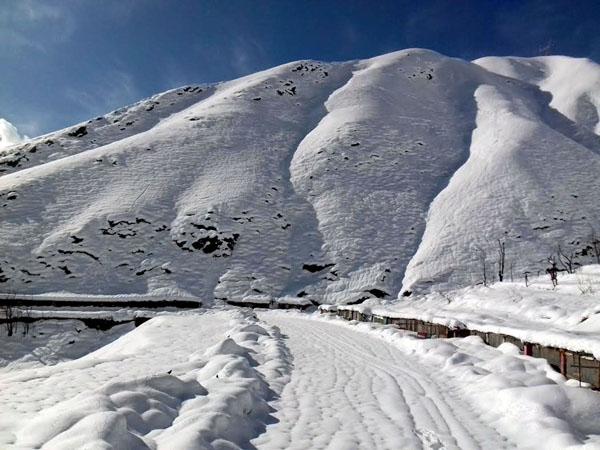 A vew of snow covered Srinagar-Jammu National Highway at Shaitan Nallah, near Banihal on Friday.(UNI)