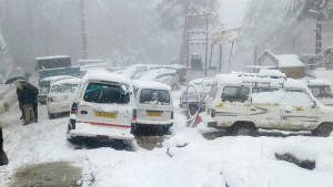 Heavy snowfall in hills, Kashmir cut off for 2nd day