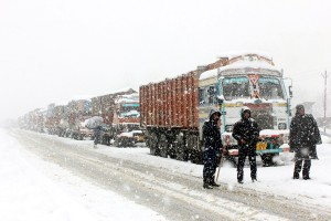 Heavy snowfall continues;  NH, Doda-Kishtwar road  remain blocked on Day 2