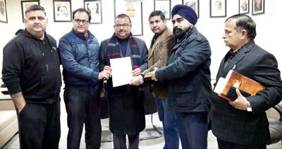 Minister for Industries and Commerce, Chander Parkash Ganga, presenting a sanction letter regarding ambulance to officials of Mata Amar Dei Rotary Eye Hospital, Rahya Morh (Vijaypur).