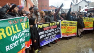 Traders protesting against Wakf Board in Srinagar on Wednesday. -Excelsior/Shakeel