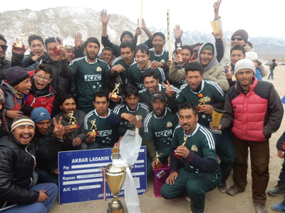 Winners of Akbar Ladakhi T20 Cup posing for a group photograph alongwith dignitaries at Leh on Monday. —Excelsior/Morup Stanzin
