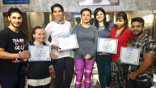 Smiley Tanuja posing alongwith the participants of Pilates workship at New Delhi.