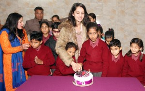 Femina Miss India 2014 celebrates 25th  birthday with visually challenged girls