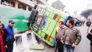 One killed, 9 injured as mini-bus turns turtle