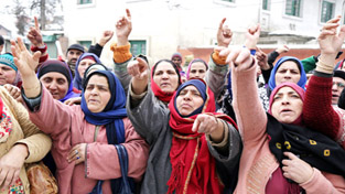 ASHA workers staging protest in Srinagar on Thursday. —Excelsior/Shakeel