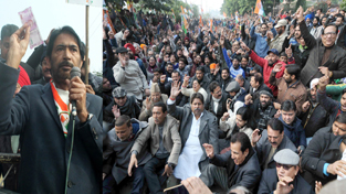 PCC chief G A Mir addressing Congress activists during dharna outside RBI office in Jammu on Wednesday. — Excelsior/Rakesh