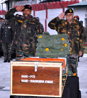 Army officers pay tributes to soldiers, who were killed in two separate gunfights in Kupwara district of North Kashmir on Wednesday. —Excelsior/Shakeel