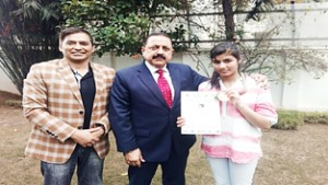 Chess star Meenal calls on Dr Jitendra