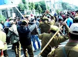 Police using force to disperse unemployed veterinary doctors near Bakshi Nagar Chowk, Jammu. -Excelsior/Rakesh