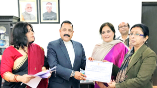 Union Minister Dr Jitendra Singh with representatives of the Union Ministries awarded for outstanding record in handling public grievances at New Delhi on Saturday.