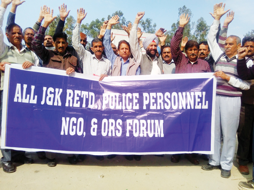 Members of All J&K Retired Police Personnel NGO & Ors Forum protesting at Samba on Monday.
