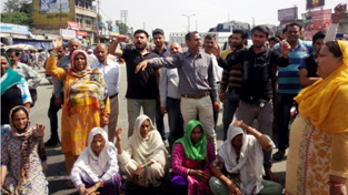 Inhabitants of Chak Manga Rakwal protesting at Samba Chowk on Thursday. —Excelsior/Gautam
