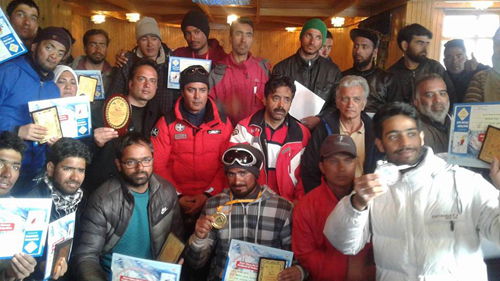 Skiers after attending Ski Course for Specially-abled at Gulmarg posing for a photograph alongwith dignitaries.