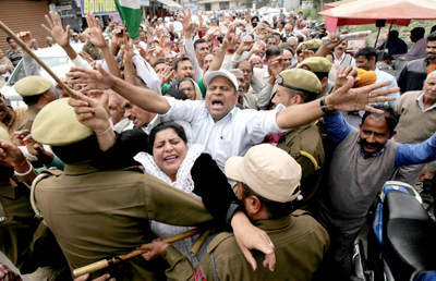 PoJK refugees' protest march to Civil Secretariat being foiled by police near Dogra Chowk in Jammu on Tuesday. -Excelsior/ Rakesh