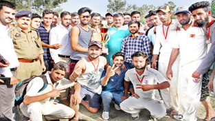 Excelsior Sports Correspondent RAJOURI, Apr 20: Four-wicket haul by Nadeem Dar today helped Shining Star to outclass Boom Boom Cricket Club in the final of the Hindu Muslim Sikh Isai (HMSI) T-20 Cricket Tournament played in Rajouri district. The tournament was organised by Youth for Change (YFC), Rajouri with an aim to showcase the secularism and brotherhood in the state. The final match was played between Shining Star Cricket Club and Boom Boom Cricket Club. Batting first after winning the toss, Shining Star scored 226 runs for the loss of six wickets in stipulated 20 overs. Ashu was the top scorer from Shrining Star side with 52 runs while Momin made 47, Aamir 41 and Ishtiaq Rasool 40. Nitin Mehra of Boom Boom claimed highest four wickets for 36 runs in his four overs spell. Later chasing the target, the Boom Boom Club was crippled by Nadeem Dar with his spellbound bowling spell. He took four wickets for 29 runs in four overs while the entire Boom Boom side was sent back to the pavilion with 215 runs on the scoreboard for the loss of nine wickets in 20 overs. Top scorer Sahil with 48 runs in his kitty stayed for long at the crease but the other end tumbled soon. Satish and Puneet with 30 runs each and Prince with 31 runs were the top scorers for losing side. Nadeem from Shining Start for his excellent bowling spell was declared as man of the match. Faizan Dar was declared as the man of the series for his outstanding overall performance in the tournament. SSP Rajouri Mohammad Suleman Choudhary was the chief guest on the occasion while Chairman Team Jammu Zorawar Singh Jamwal was the guest of honour. They distributed cash prize of Rs One lakh to the winning team while the runners-up team was given Rs 50,000. Speaking on the occasion the Chief Guest appreciated the Youth for holding such events because sports not only keeps one physically fit but also inculcate discipline in life. Zorawar Singh Jamwal in his address said that sports, is one of the best mediums to stay away from social evils especially the drugs menace.