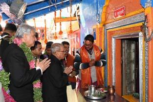 President Pranab Mukherjee offering puja at Sri Badrinath Temple in Uttarakhand on Saturday. (UNI)