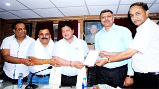 MLA Rajesh Gupta, MLC Vikram Randhawa and others during a function organized by Federation of the Ware House Nehru Market at Jammu on Monday.