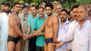 Wrestlers Naresh Kumar and Benia Min being honoured by the dignitaries after sharing Gran Mord Reasi Dangal title.