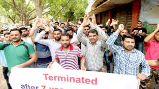 Ousted wireless operators of J&K Police protesting outside Press Club in Jammu on Monday.        -Excelsior/Rakesh