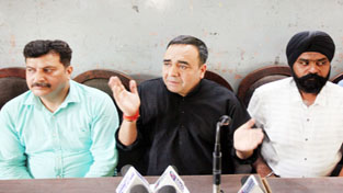 MUM President, Kailash Pati Sharma addressing a press conference at Jammu on Monday.  -Excelsior/ Rakesh