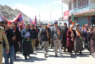 BJP leaders during 'Jan Sampark Rally' at Leh. — Excelsior/Stanzin