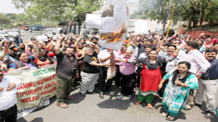 Female Multipurpose health workers protesting with effigy of Government at Indira Chowk in Jammu.