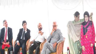 First Lady Usha Vohra felicitating Firdous Ansari.