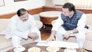 Minister for FCS & CA Chowdhary Zulfkar Ali interacting with Union Minister of State for Tourism Mahesh Sharma at New Delhi on Friday.