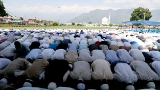 Devotees offering prayers on the last Friday of Ramdan at Hazratbal Shrine in Srinagar.        —Excelsior/Shakeel
