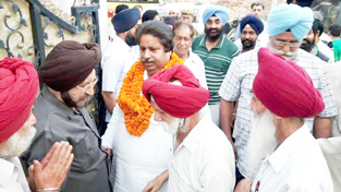 Former Minister Raman Bhalla interacting with Sikh          deputations on Thursday.