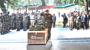 Senior army officers paying tributes to the martyrs at Badami Bagh Cantonment on Sunday. —Excelsior/Shakeel