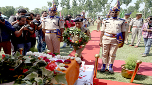 DGP Dr S P Vaid paying tributes to martyred CRPF SI in Srinagar on Sunday. -Excelsior/Shakeel