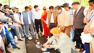 Expert from foreign explaning about Earth during 'Sun and Earth Festival' opening ceremony at Phyang village in Leh on Friday. — Excelsior/Stanzin