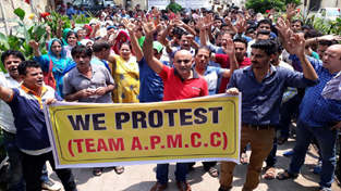 APMCC activists and PM package employees protesting in front of Relief Organisation on Thursday. —Excelsior/Rakesh