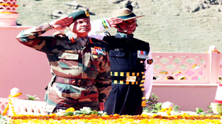 GOC-in-C Northern Command Lt Gen D R Anbu paying tributes to martyrs at Kargil war memorial on Vijay Diwas.