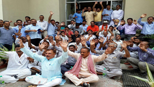 Akhnoor, Khour and Pargwal people led by MLA protesting outside JKPCC office at Rail Head in Jammu on Thursday. -Excelsior/Rakesh