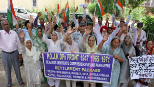PoJK displaced persons protesting near Press Club in Jammu  on Thursday.   —Excelsior/ Rakesh