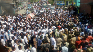 Govt college students protesting by blocking road at Rajouri on Monday.  —Excelsior/Bhat