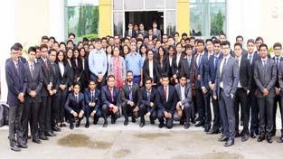 AGM (HRDC), BHEL, Rajesh Kumar posing with students and Director of IIM Sirmaur, Prof (Dr) Neelu Rohmetra.